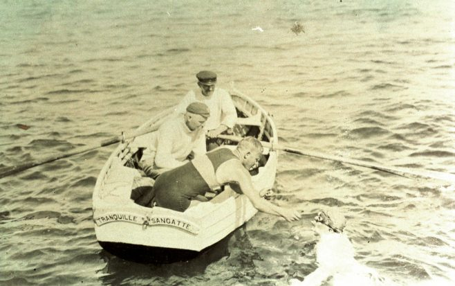 Feeding J. Wollfe in the water from rowboat 'Tranquille' of Sangatte