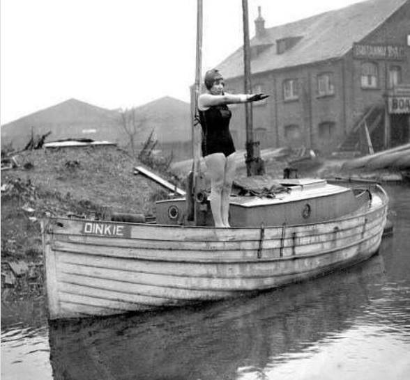 Miss Agnes Nicks swims River Thames on Boxing Day 1928